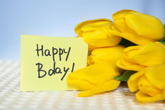 Поздравительая открытка ко дню рождения с днем рождений с словами и цветками тюльпанов Стоковая Фотография RF