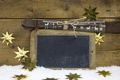 Поздравительная открытка или ваучер рождества на праздники катания на лыжах зимы Стоковое Изображение