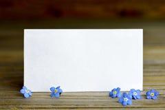 Поздравительная открытка и любит меня не цветки Стоковое Фото