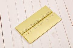 Поздравительная открытка на белом деревянном столе Стоковое фото RF