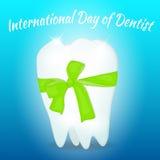 Поздравительная открытка на международный день дантиста Белый зуб с зеленым смычком Стоковые Изображения RF