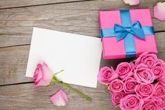 Поздравительная открытка дня валентинок или рамка и подарочная коробка фото вполне  Стоковые Изображения