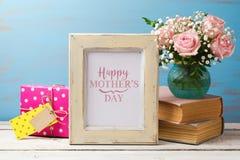 Поздравительная открытка дня матерей с розовой рамкой букета, подарочной коробки и фото цветка Стоковое Фото