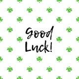 Поздравительная открытка дня Patricks Святого с сверкнутыми зелеными листьями и текстом клевера иллюстрация вектора