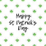Поздравительная открытка дня Patricks Святого с сверкнутыми зелеными листьями и текстом клевера бесплатная иллюстрация