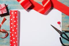 Поздравительная открытка дня ` s валентинки над деревянной предпосылкой Взгляд сверху w Стоковое фото RF