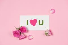 Поздравительная открытка дня ` s валентинки с розовыми цветками над деревянной задней частью Стоковая Фотография RF