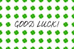 Поздравительная открытка дня ` s St. Patrick с зеленым клевером мозаики выходит и текст на белую предпосылку Надпись - удача! иллюстрация штока