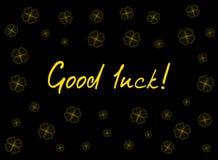 Поздравительная открытка дня ` s St. Patrick с клевером предложения золота выходит и текст на черную предпосылку Надпись - удача! иллюстрация вектора
