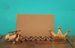 поздравительная открытка, плоская игрушка и король яркого блеска увенчивают Father& x27; концепция дня s Стоковые Фото