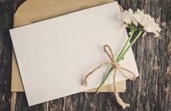 Поздравительная открытка с конвертом и цветками мамы Стоковое Фото