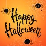 Поздравительная открытка хеллоуина с сердитыми пауками, сетью и черной текстурированной литерностью щетки на оранжевой предпосылк Стоковые Фотографии RF