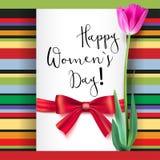 Поздравительная открытка шаблона с тюльпаном и красным смычком Счастливый день женщин s, поздравления для славных и симпатичных л иллюстрация штока