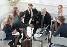 Поздравления! 2 жизнерадостных бизнесмена тряся руки пока Стоковая Фотография