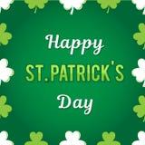 Поздравления к дню ` s St. Patrick Надпись вектора на зеленой предпосылке Вокруг листьев клевера Стоковая Фотография RF
