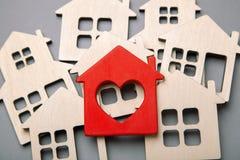 Поиск и выбор домов для приобретения или ренты Много расквартировывают модели стоковое фото rf