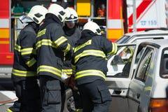 Поиск и спасательная операция во время автокатастрофы Стоковые Изображения RF