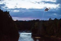 Поиск и спасение вертолета для тонуть жертвы Стоковые Изображения