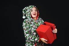 Поистине сладостная девушка с подарком Женщина держа красную коробку на темной предпосылке, одетой в смешные причудливые одежды Стоковое Изображение RF
