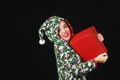 Поистине сладостная девушка с подарком Женщина держа красную коробку на темной предпосылке, одетой в смешные причудливые одежды Стоковые Фото