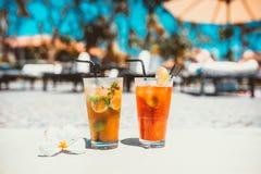 Поймайте тонический спиртной коктеиль в западню с льдом и мятой, холодом коктеиля mojito служат питьем, который на баре бассейна  Стоковое фото RF