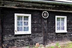 Пойманное сетью деревянное окно и колесо Стоковое фото RF