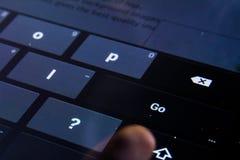 Пойдите впишите черноту пальца прессы кнопок ключей клавиатуры цифров кнопки плоскую Стоковая Фотография