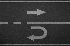 Пойдите прямо и поверните назад дорогу асфальта стоковое изображение rf