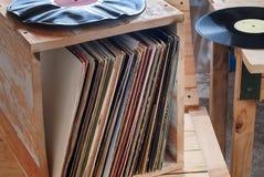 Показатель винила с космосом перед названиями альбомов собрания думмичными, винтажным процессом экземпляра стоковая фотография rf