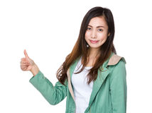 показывать большой пец руки вверх по детенышам женщины Стоковое Изображение