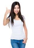 показывать большой пец руки вверх по детенышам женщины Стоковое Фото