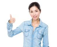 показывать большой пец руки вверх по детенышам женщины Стоковые Изображения RF