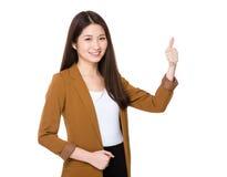 показывать большой пец руки вверх по детенышам женщины Стоковое Изображение RF
