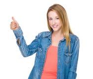 показывать большой пец руки вверх по женщине Стоковые Изображения