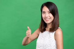 показывать большой пец руки вверх по женщине Стоковые Фотографии RF