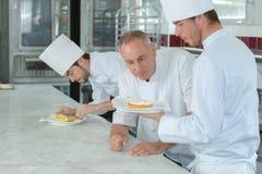 Показывать десерт к шеф-повару стоковое фото