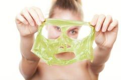 Показывать женщины девушки лицевой слезает маску. Забота кожи Стоковые Фото