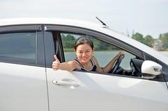Показывать женщины хороший подписывает внутри автомобиль Стоковое Изображение RF