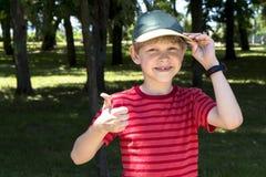 Показывать мальчика большие пальцы руки вверх Стоковое Изображение RF