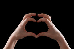 Показывать, молодая женщина рук показывая символ сердца и влюбленности Стоковая Фотография RF