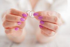 Показывать обручальные кольца человек влюбленности silhouettes женщина темы Стоковое фото RF