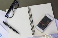 Показывать офис оборудования используя передвижной умный телефон с Стоковая Фотография