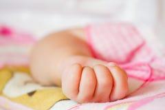 Показывать руки младенца Стоковые Изображения