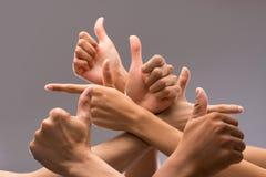 Показывающ большие пальцы руки вверх Стоковая Фотография RF