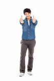 Показывающ большому пальцу руки азиатского молодого человека Стоковое фото RF