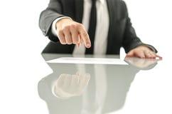 Показ бизнесмена где подписать документ Стоковые Фото