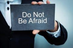 Показ бизнесмена нет испуганного слова на картоне Стоковая Фотография