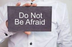 Показ бизнесмена нет испуганного слова на картоне Стоковые Фотографии RF