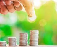 Показ бизнесмена собирает много монеток стоковое изображение