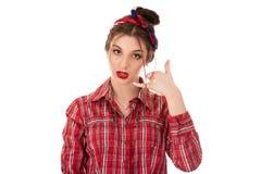 Показ женщины вызывает меня для подписания жеста с рукой стоковые фотографии rf